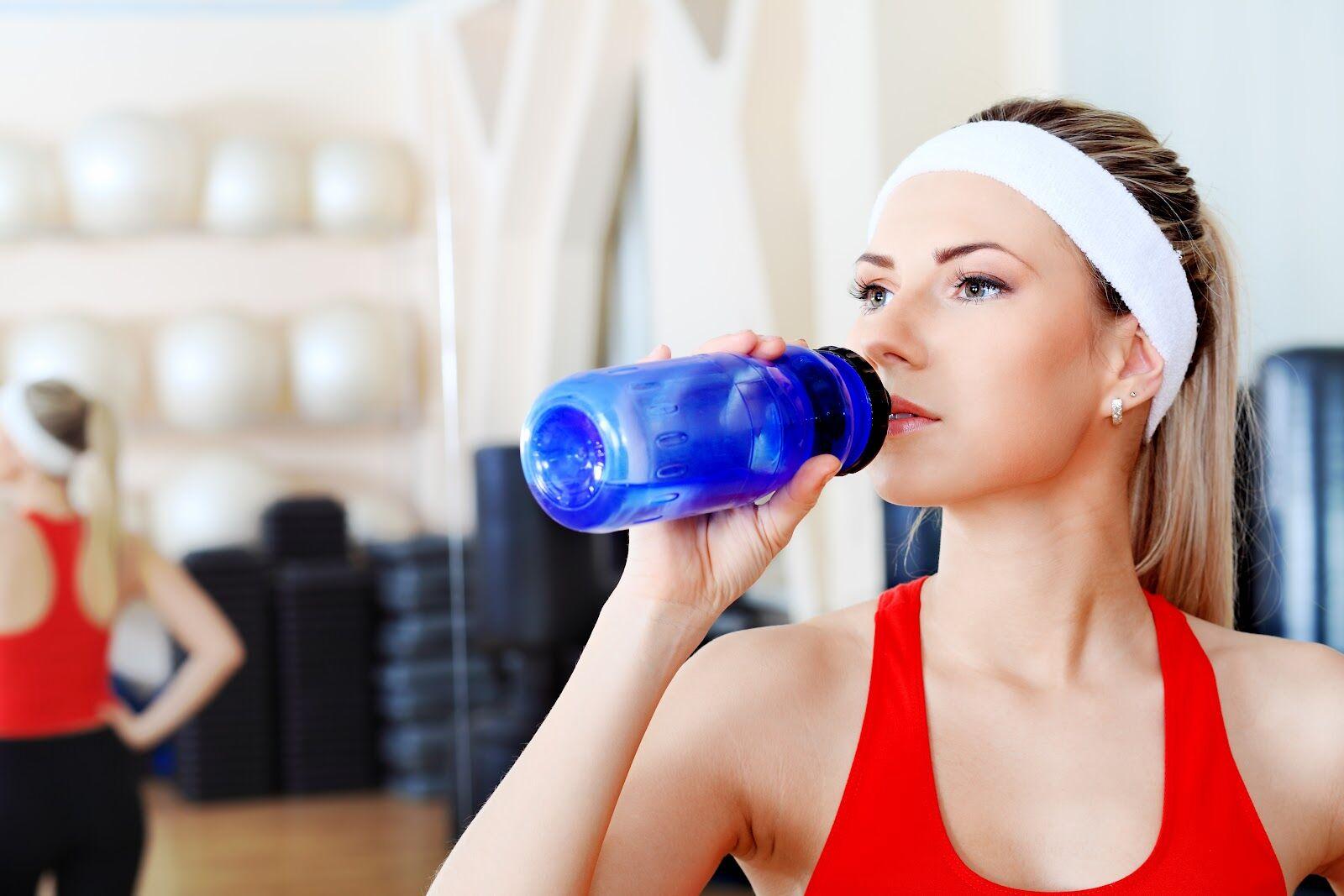 Питьевой режим во время занятий фитнесом