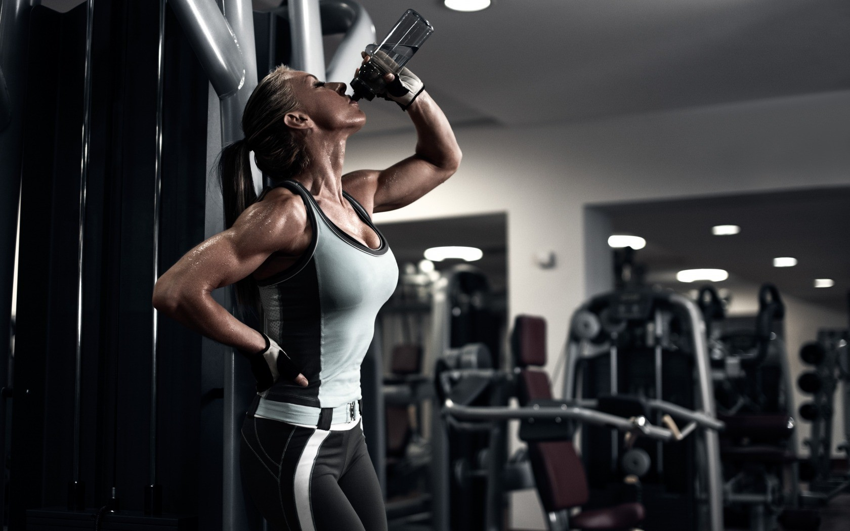 The_girl_at_the_gym_drinking_water_094943_